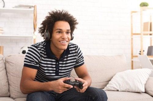 Jugendlicher spielt Videogames auf dem Sofa