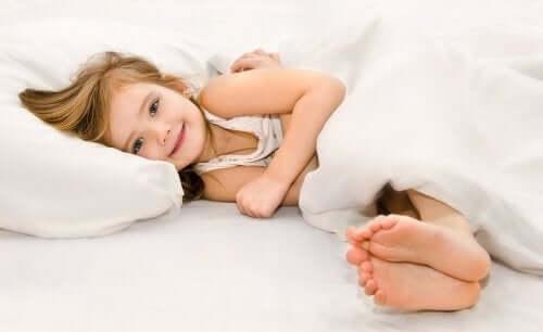 Ein Mädchen im Bett leidet an Schlafwandeln