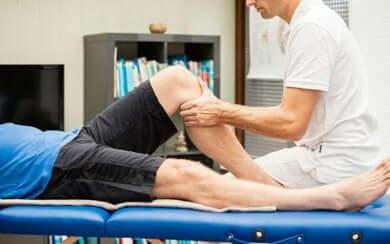 therapeutische Massage an den Gelenken