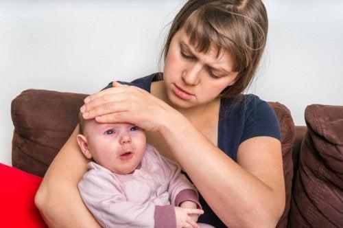Mutter hält krankes Baby mit Magen-Darm-Entzündung