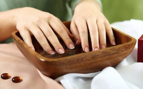 Pflege bei brüchigen Nägeln