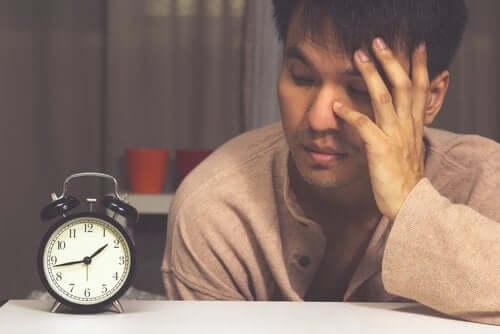 Einschlafprobleme trotz Müdigkeit: Woran liegt das?