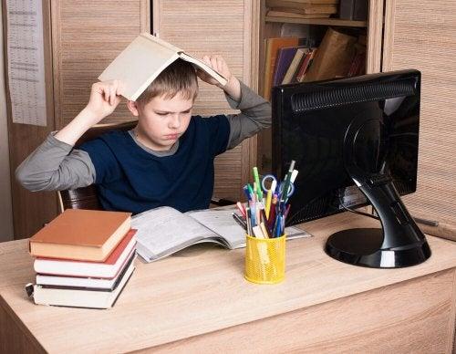 Trotzverhalten bei Jungem am Schreibtisch