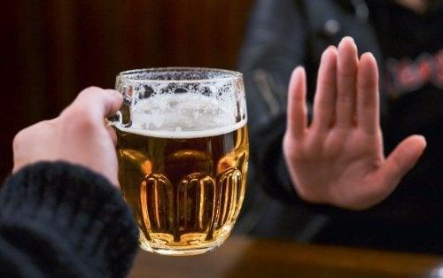 Alkoholabhängigkeit: Jemand lehnt ein Glas Bier ab