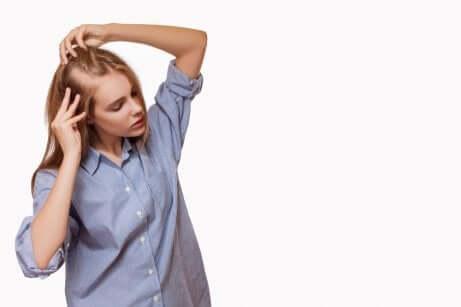 Frau leidet an Haarausfall