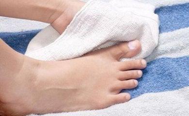 Korrekte Hygiene und richtiges Nagelschneiden, um Onychokryptosis zu verhindern