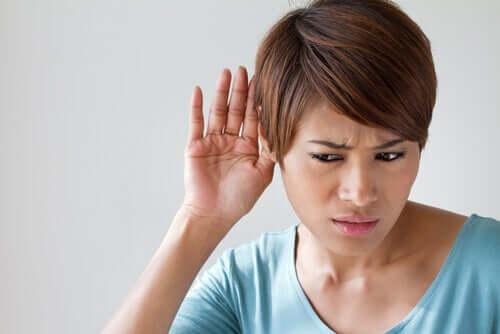 Frau braucht Cochlea-Implantat