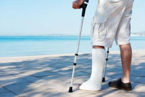 Person mit Bein im Gips