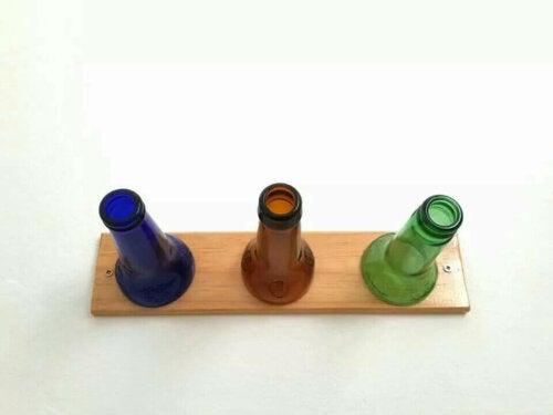 Garderobe mit Flaschen