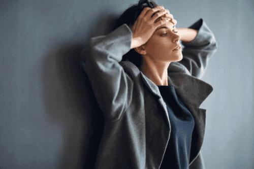 Frau mit Angststörungen