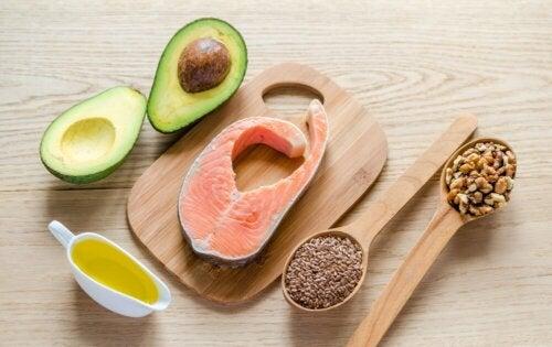 Was sind gesunde Fette? Lachs und Avocado
