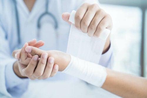 Wie wird ein verstauchtes Handgelenk behandelt?