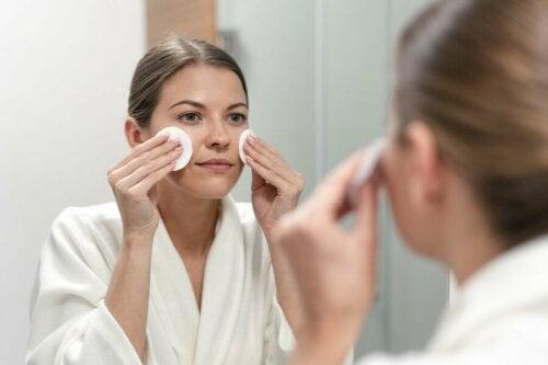 Gesichtspflege der Frau Vitaminzusatz