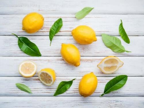 Die wunderbaren Eigenschaften der Zitrone und zwei Hausmittel