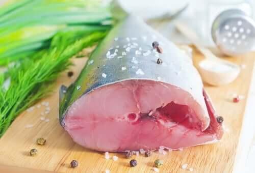 Aufgeschnittener Fisch auf Küchenbrett