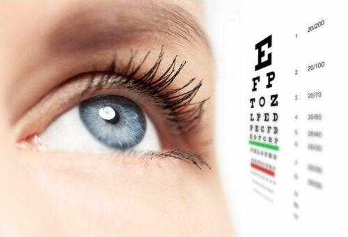 Auge mit Sehtesttafel
