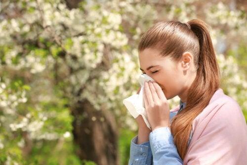 Frau mit Pollenallergie
