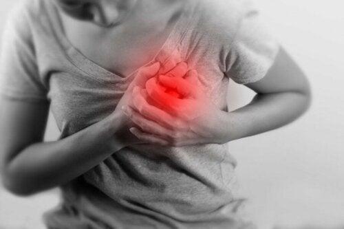 Herzinfarkt: Frau hält sich am Herzen