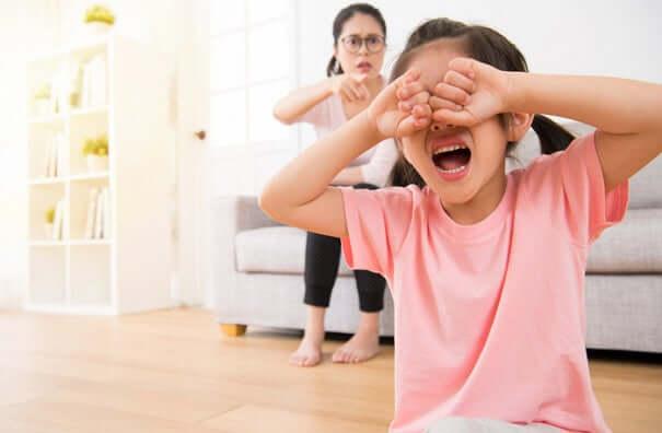 Hilf dem Kind seine Gefühle loszulassen, um den Tod eines Familienmitgliedes zu bewältigen