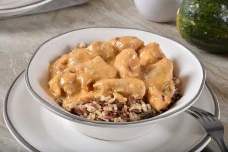 So kannst du marinierte Hühnerbrust mit Kokosmilch und Reis zubereiten