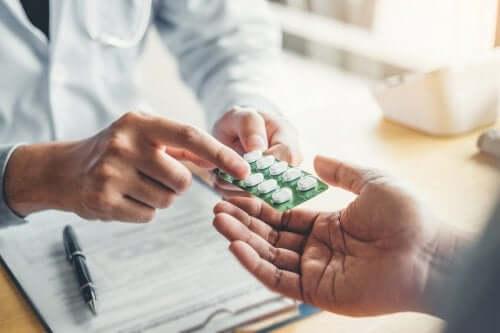 Arzt verschreibt Antibiotikum