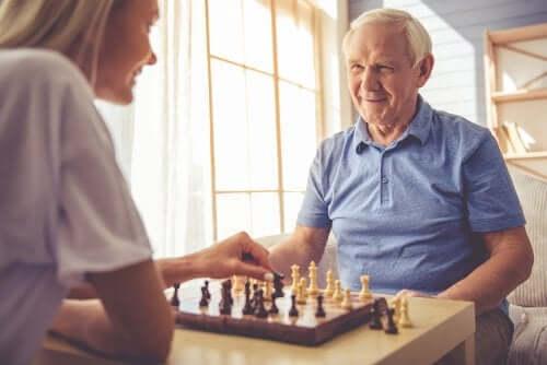 Patient mit kortikaler Atrophie spielt Schach