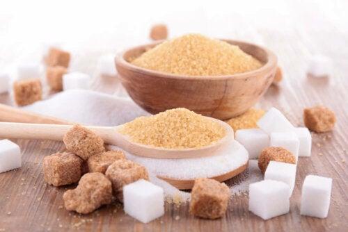 Brauner Zucker und weißer Würfelzucker