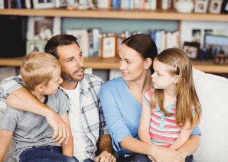 Familie mit Kindern ohne Angst vor Tieren