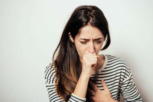 Frau leidet an niedriger Luftfeuchtigkeit