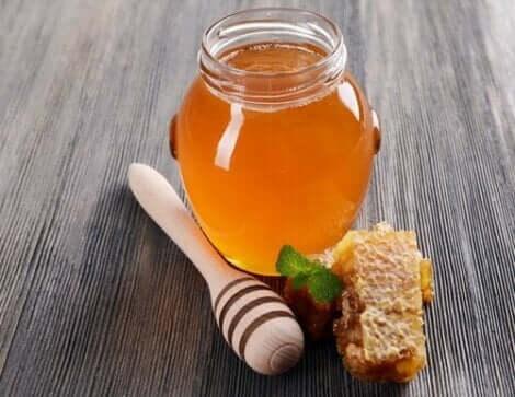 Honig für schnelle Hilfe bei Halsschmerzen