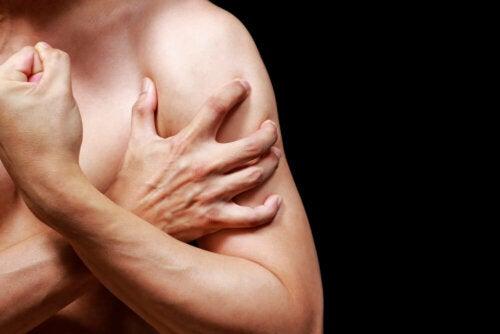 Mann mit schmerzenden Muskeln am Arm
