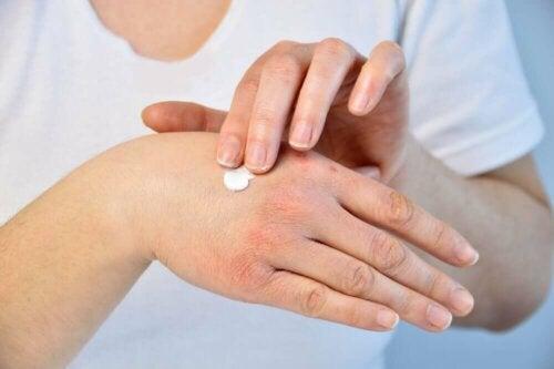Hände eincremen Salbe Seife
