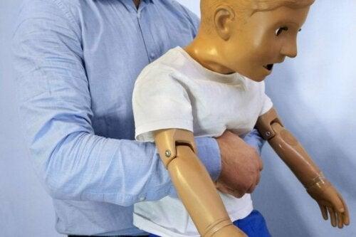 Was tun, wenn sich Kinder verschlucken?