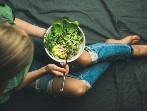 Frau gesunde Kost gegen Menstruationsbeschwerden
