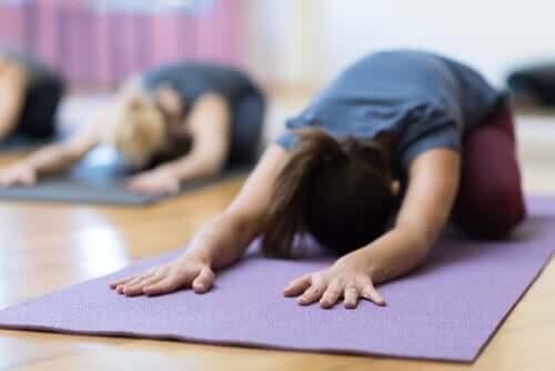 Frau macht Yoga gegen Menstruationsbeschwerden