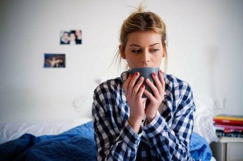 Frau trinkt Tee und betreibt Nesting