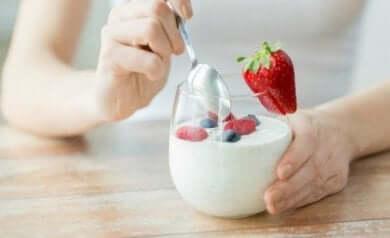 gesunden Joghurt mit Erdbeeren essen