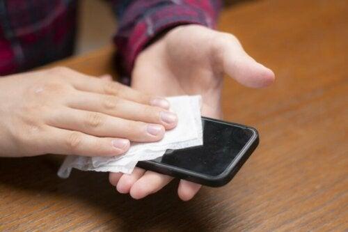 COVID-19: Handy desinfizieren um eine Ansteckung zu verhindern