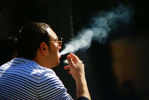 Mann beim Tabakrauchen