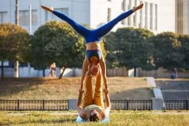 Übungen für Paare: Acro Yoga