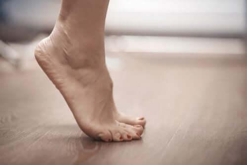 Stretchübungen in der Schwangerschaft: Auf die Zehenspitzen stehen
