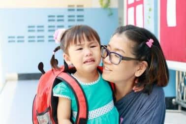 Mädchen weint wegen Schulwechsel