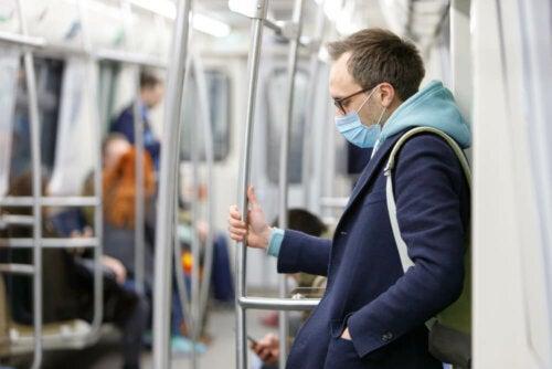 Berühre in öffentlichen Verkehrsmitteln so wenig wie möglich