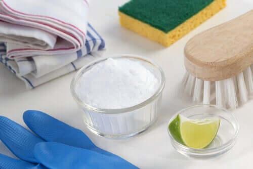 Umweltfreundliche Haushaltsreiniger aus Natron und Limette