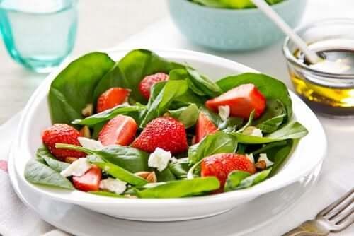 Salat mit Kresse, Erdbeeren und Kräutern