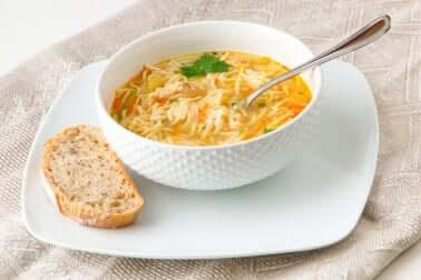 Leckere vegetarische Suppen: die klassische Nudelsuppe