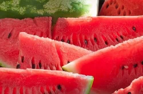 Salat mit Wassermelone, Radieschen und Kräutern