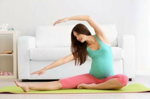 Yoga in der Schwangerschaft gegen Knochenschmerzen