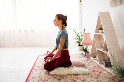Frau meditiert zu Hause