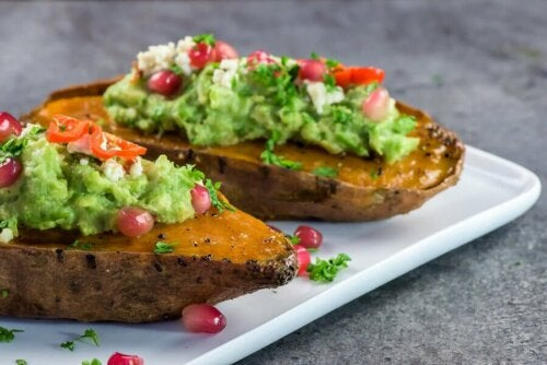 Süßkartoffeln mit Erbsen und Avocado: lecker, schnell und einfach!
